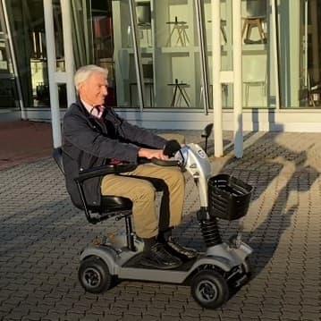 Senior auf Elektrofahrzeug in Fürth